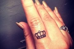 25-Crown-Finger-Tattoo