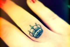 38-Crown-Finger-Tattoo